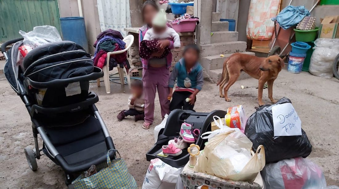 Los cuatro niños de Marquina junto a los donativos que envió la OTB Florida Norte, con la ayuda de la Fundación Voces Libres. VOCES LIBRES