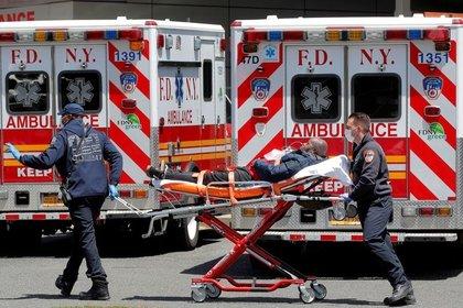 Personal de Departamento de Bomberos de Nueva York llega con un paciente al St. John's Episcopal Hospital. Queens, Nueva York, Estados Unidos, 20 de mayo de 2020. REUTERS/Brendan McDermid