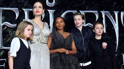 Angelina Jolie con sus hijos Vivienne, Zahara, Shiloh y Knox (Shutterstock)
