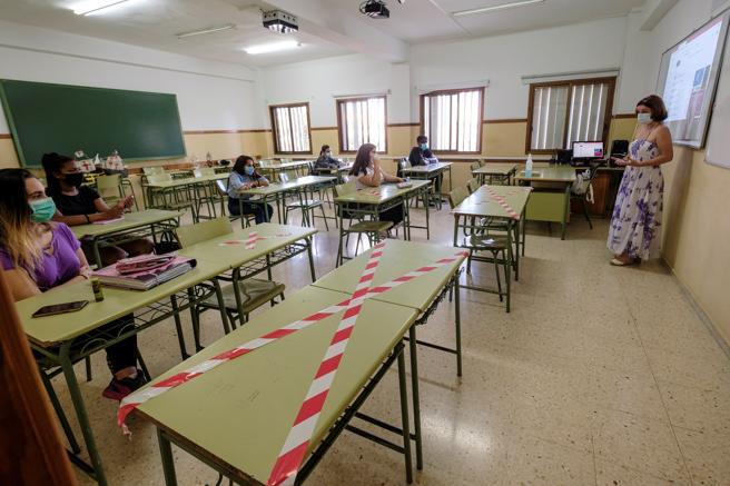 Centros de Educación Secundaria y Bachillerato de Canarias, como el instituto Alonso Quesada de Las Palma de Gran Canaria, comenzaron este jueves a recibir al alumnado bajo cita previa