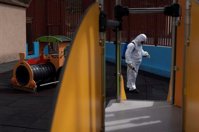 Personal del Ayuntamiento de Tegueste (Tenerife) está desinfectando los colegios e institutos del municipio