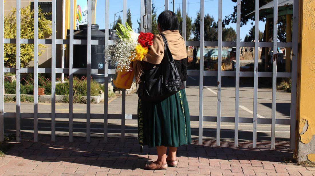 Una persona en las puertas del cementerio Héroes del Gas de El Alto donde se pretendía habilitar un crematorio. Peter Luna
