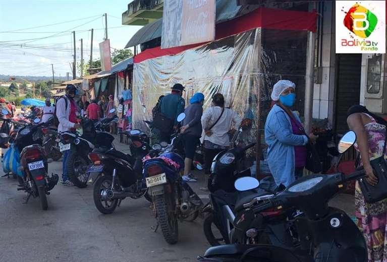 Mercado Madre Nazaria ayer, en el último día de abastecimiento previo al encapsulamiento (Foto: Bolivia TV)
