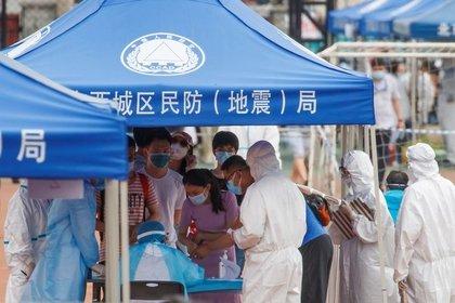 Personas hacen fila para realizarse tests luego de un aumento inesperado en los casos de la enfermedad de coronavirus (COVID-19) en Pekín, China, 15 junio del 2020. REUTERS/Thomas Peter