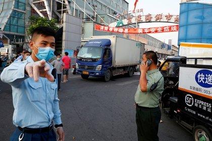 Controles en un mercado de Beijing (Reuters)