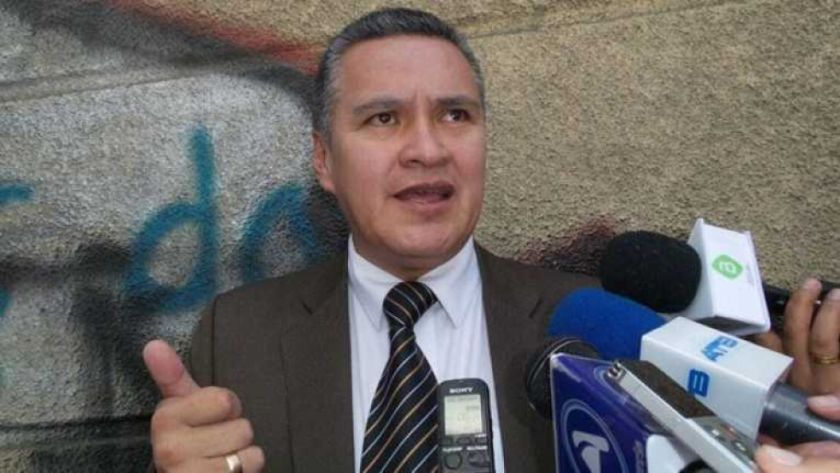 Restituyen a Eduardo León su título de abogado