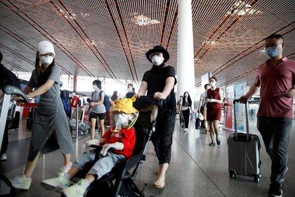 Pasajeros en Beijing utilizan mascarillas contra el coronavirus