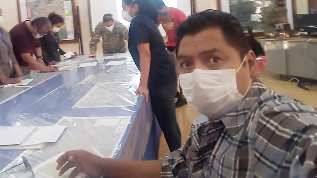 El médico Juan Carlos Vichini (d) en un día de trabajo en Beni. CORTESÍA J. P.