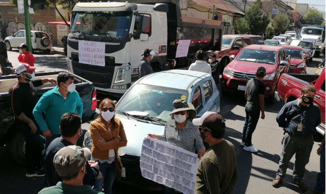 Representantes de constructoras bloquean la avenida Ayacucho. HENRY JUANIQUINA