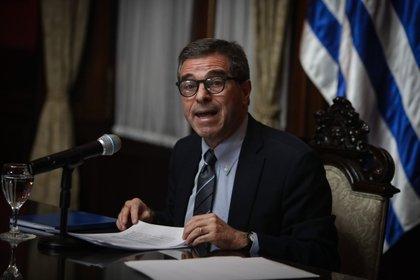 El canciller de Uruguay, Ernesto Talvi, habló este jueves en conferencia sobre la primera reunión binacional entre su país y Brasil para coordinar acciones sanitarias conjuntas ante la COVID-19. EFE/ Federico Anfitti
