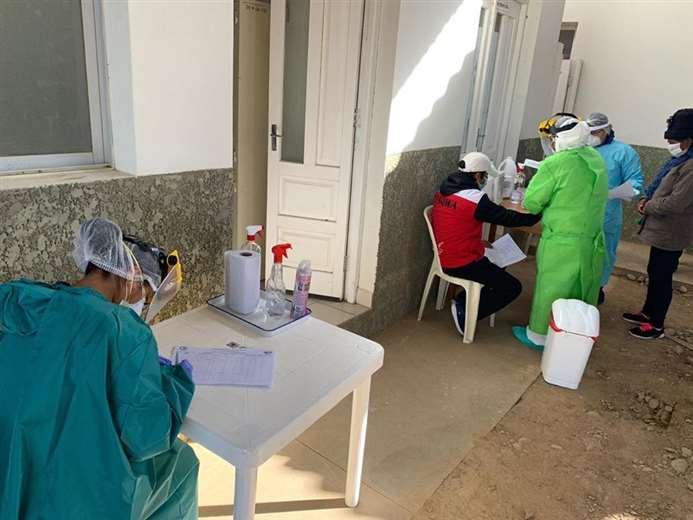 El personal sanitario da su mejor esfuerzo para ayudar a la población.