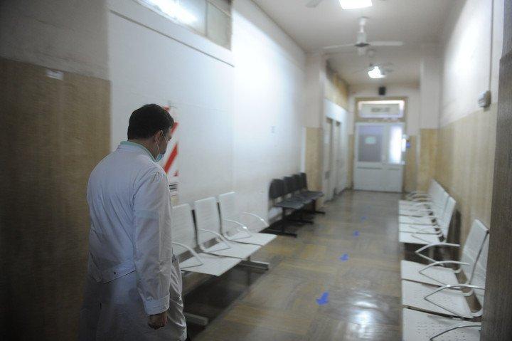 Un pasillo del Hospital Evita, en Lanús. Los centros de salud tienen circuitos diferenciados para pacientes que se acercan por causas ajenas a la covid-19 (Guillermo Rodríguez Adami).