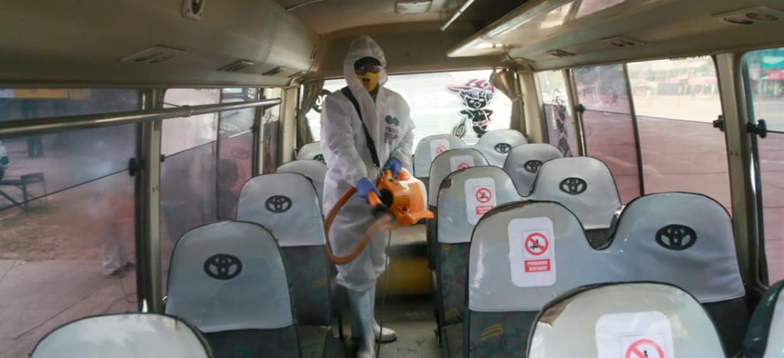 Las unidades de transporte público son desinfectadas para cuando se les ordene volver a trabajar. Foto. Jorge Uechi