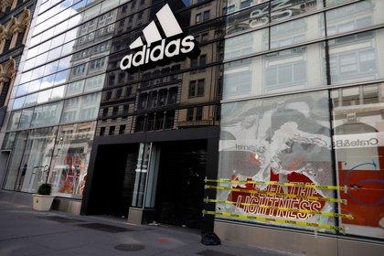 """Adidas, por su parte, paró todos los gastos publicitarios en Facebook e Instagram hasta que termine julio, un tiempo durante el cual desarrollará los criterios que deberán permitirle """"crear y mantener entornos seguros"""" (EFE/Jason Szenes/Archivo)"""