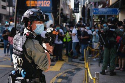 Un policía de Hong Kong monta guardia frente a una manifestación pro democracia (REUTERS/Tyrone Siu)