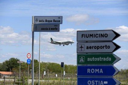 FOTO DE ARCHIVO. Un avión aterriza en el aeropuerto internacional Fiumicino de Roma. REUTERS/Alberto Lingria