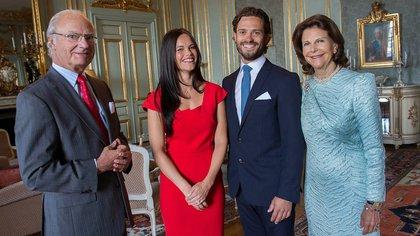 Los reyes de Suecia junto a su hijo y su novia, el día que la pareja anunció su compromiso