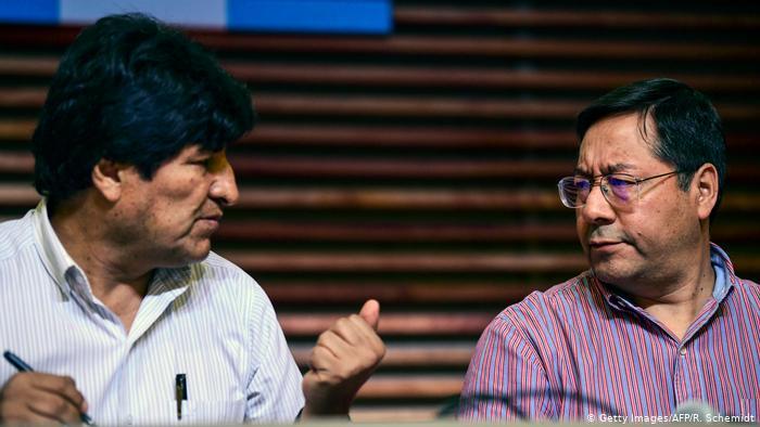 La acusación vuelve a poner a Evo Morales en las primeras planas de los medios bolivianos, desplazando al candidato presidencial del MAS, Luis Arce (der.). (Getty Images/AFP/R. Schemidt)