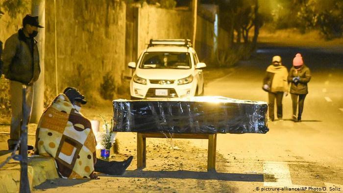 La pademia del coronavirus generó titulares por la crisis funeraria en Bolivia. (pictrure-alliance/AP Photo/D. Soliz)