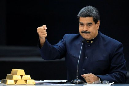El dictador venezolano Nicolás Maduro junto a lingotes de oro. Foto: REUTERS/Marco Bello