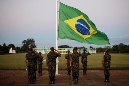 Soldados brasileños ante la bandera nacional en el Palacio de la Alvorada en Brasilia, Brasil July 7, 2020. REUTERS/Adriano Machado