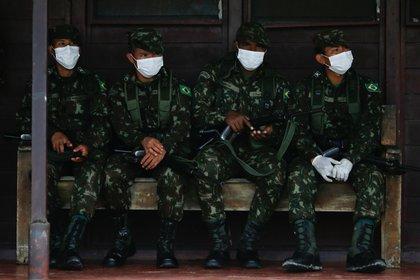 Soldados del Ejército de Brasil usando máscaras faciales en medio de la pandemia del coronavirus en Brasil REUTERS/Adriano Machado