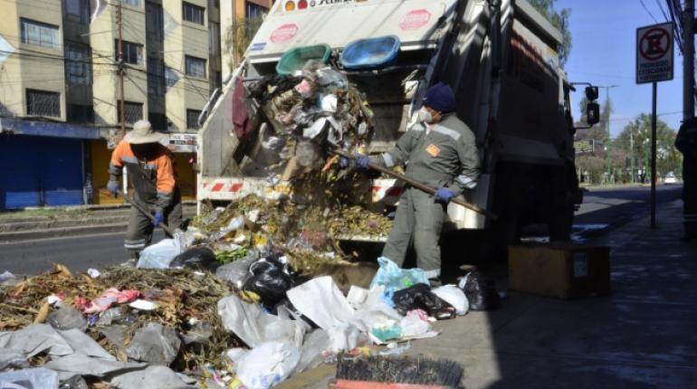 Camiones de EMSA recogen basura de La Cancha esta mañana. | Hernán Andia