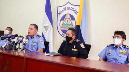 """Jefes policiales este lunes en conferencia. """"No hubo mano criminal"""", concluyeron. (Foto 19 Digital)"""