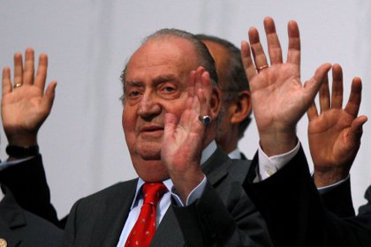 FILE PHOTO: Spanish King Juan Carlos waves during a group photo with Ibero-American leaders during the Ibero-American Summit in Cadiz, southern Spain November 17, 2012. REUTERS/Jon Nazca/File Photo