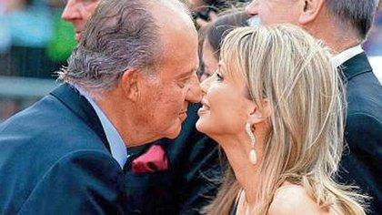 El rey Juan Carlos y Corinna Larsen, quien fuera su amante y quien supuestamente le administrara parte de su fortuna escondida (EFE)