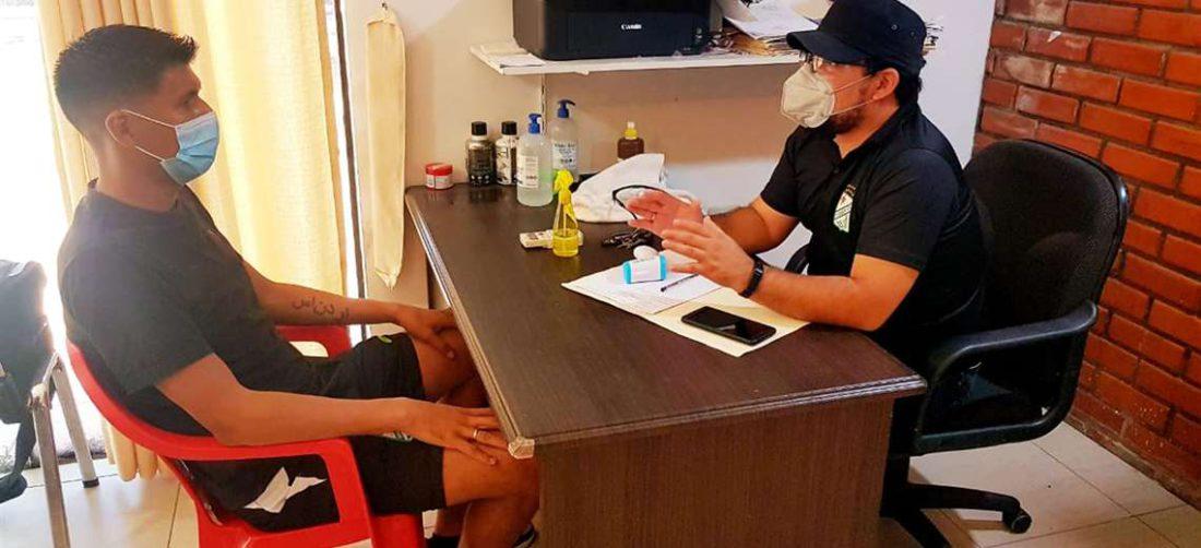 Mario Cuéllar responde a las consultas del médico del club, Jeus Salvatierra. Foto: Prensa Oriente Petrolero
