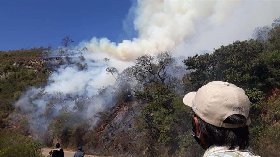 El fuego se extendió rápidamente y se encuentra cerca de las ruinas de El Fuerte
