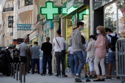 Gente haciendo fila en una farmacia de París (REUTERS/Benoit Tessier)