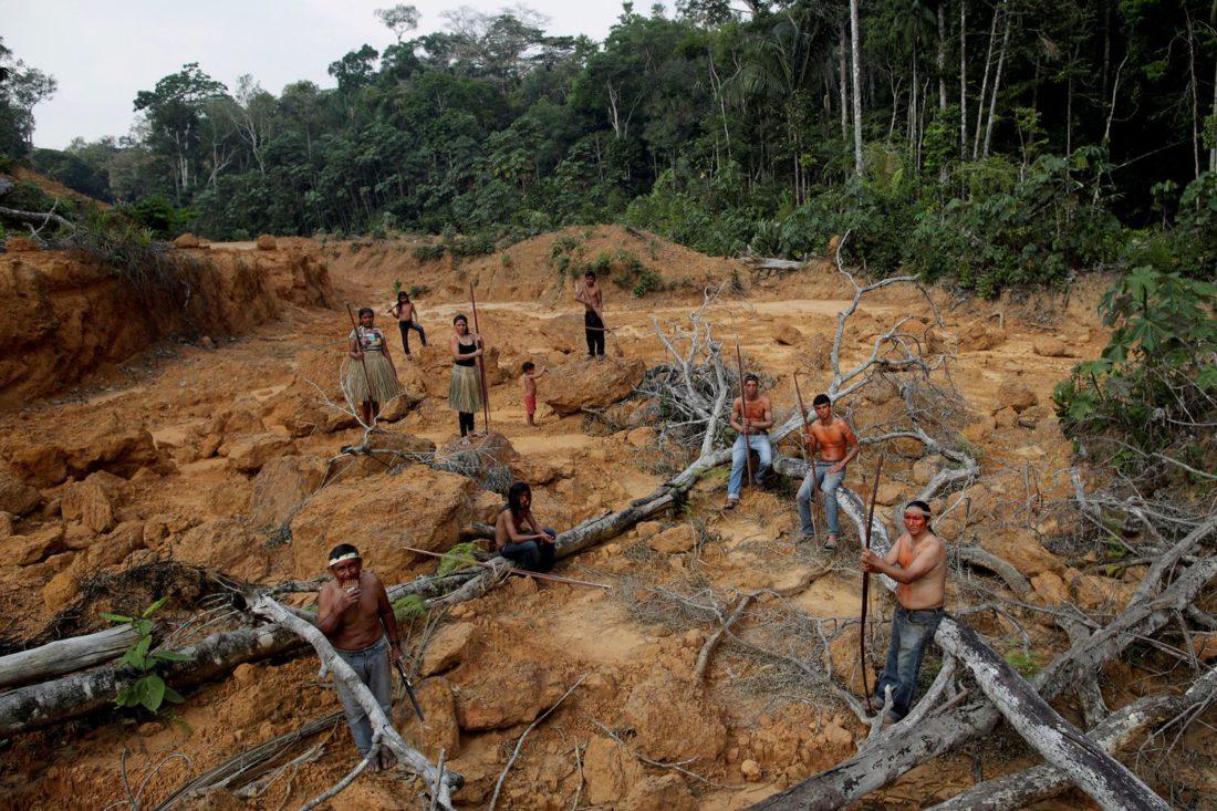 Indígenas de la tribu Mura dentro de una zona deforestada del Amazonas.
