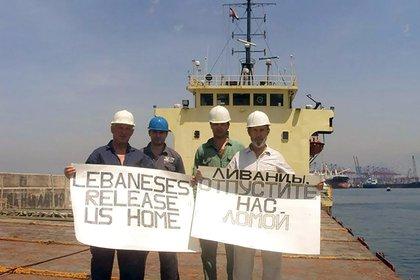 La tripulación del Rhosus cuando fueron abandonados por Igor Grechushkin, dueño del buque carguero, y las autoridades libanesas no permitían que regresaran a su país (The Siberian Times)s beg for help in Beirut
