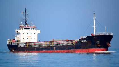 El buque Rhosus en una fotografía de julio de 2012, en Sanlucar de Barrameda, navegando en el río Guadalquivir, hacia Sevilla (Gentileza: FleetMon)