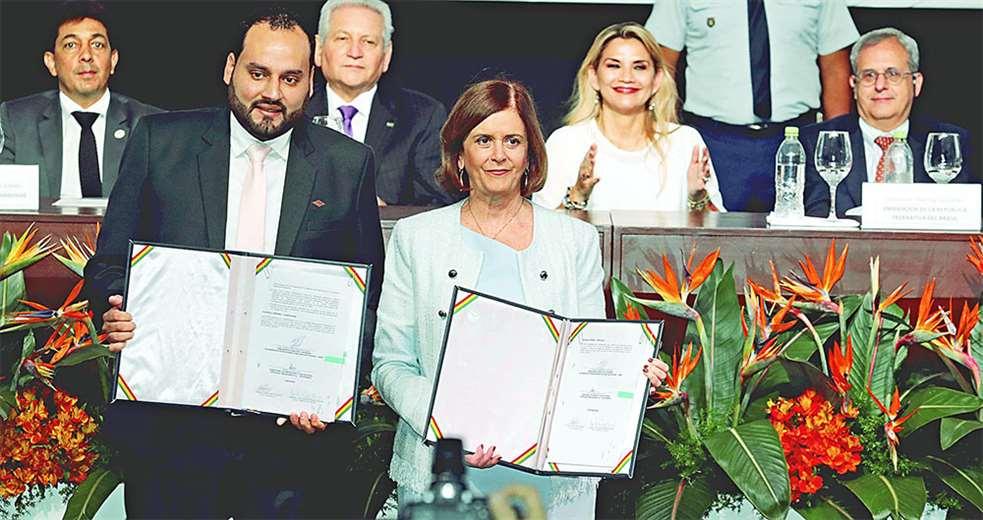 Los titulares de YPFB y Petrobras muestran el documento de la octava adenda al contrato bilateral. Foto: FUAD LANDÍVAR
