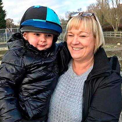 Paula Hudgell sostiene a Tony, su hijo de 5 años en sus brazos (Familia Hudgell)