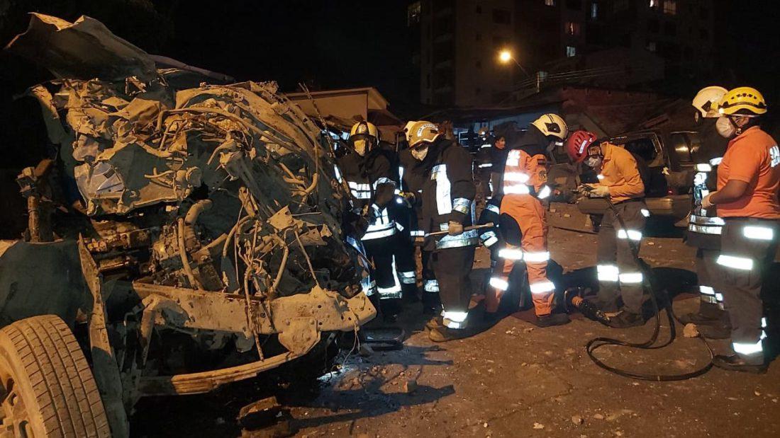 Oficiales de Bomberos y Tránsito junto al vehículo siniestrado, hoy en Cercado.