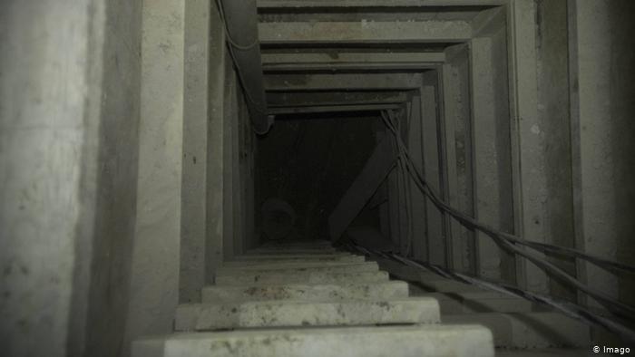 Imagen de archivo del túnel por el cual escapó de prisión en 2015 el narcotraficante Joaquín El Chapo Guzmán. Un pasadizo secreto similar a este fue encontrado en la zona fronteriza de Arizona.