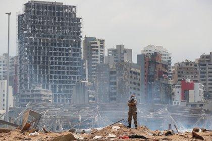 Un soldado se encuentra en el sitio devastado por la explosión en el puerto de Beirut, Líbano (Reuters)