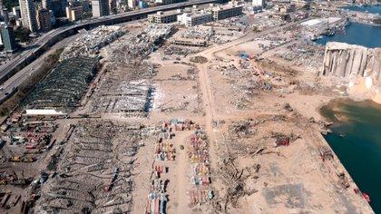 Una vista aérea tomada desde un drone muestra los destrozos generados por la explosión de un depósito de nitrato de amonio en el puerto de Beirut (Reuters)