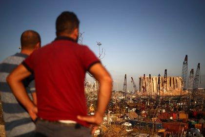 Habitantes de Beirut ven el desastre provocado en el puerto de Beirut y sus alrededores donde murieron al menos 154 personas y más de 5 mil resultaron heridas (Reuters)