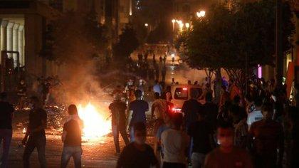 Decenas de personas protestan en Beirut. El descontento contra las autoridades y el poder creciente del grupo terrorista Hezbollah crece en las calles de la capital libanesa (Reuters)