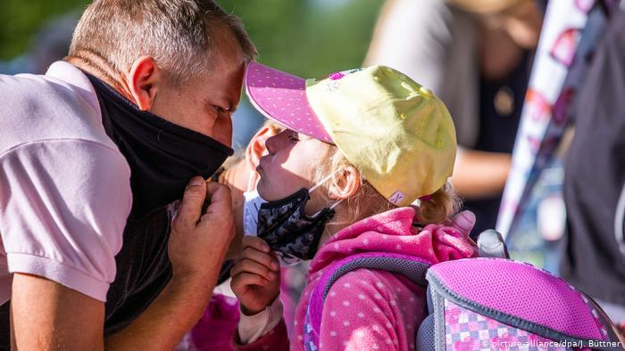 Dos escuelas en el estado federado de Mecklemburgo-Pomerania Occidental, el primero en retomar las clases tras el receso veraniego, cerraron cinco días después del inicio de la clases debido a dos casos detectados