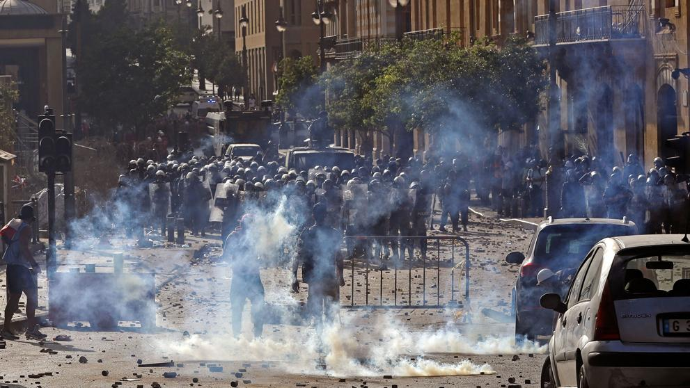 Un policía muerto y 172 manifestantes heridos en una violenta jornada de protestas en Beirut