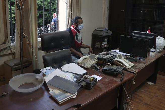 Un hombre permanece sentado en una de las oficinas del Ministerio de Asuntos Exteriores del Libano ocupado por los manifestantes