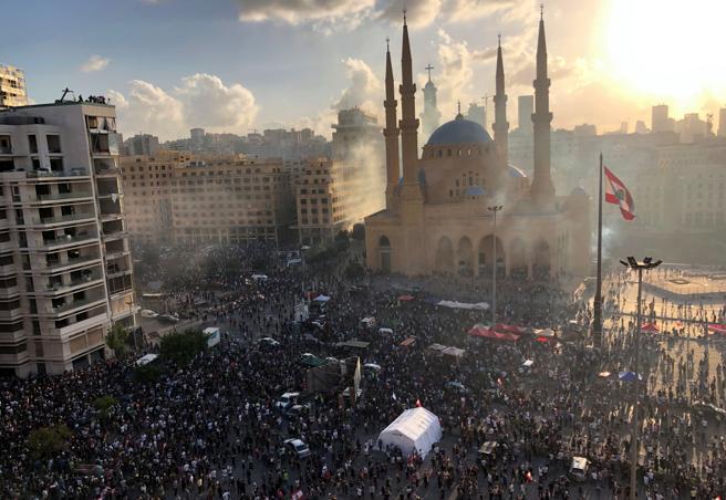 Miles de personas salieron a la calle para protestar contra el régimen libanés