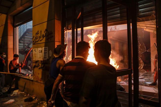 Los manifestantes incendiaron la sede de la Asociación de Bancos del Líbano, en el centro de Beirut