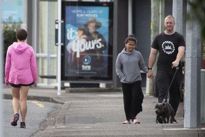 Personas caminan sin mascarillas en Nueva Zelanda